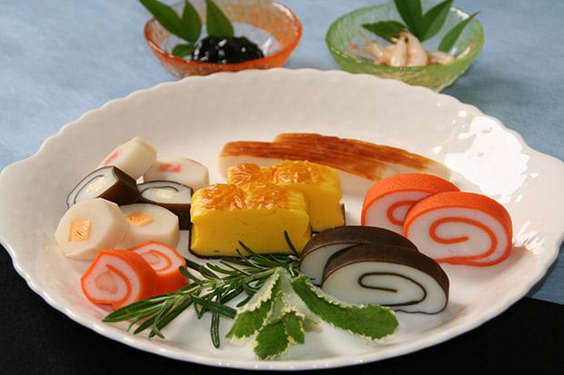 梅かまの人気かまぼこ各種。U-mei館では常時数種類のかまぼこが試食できる。(写真提供:梅かま)