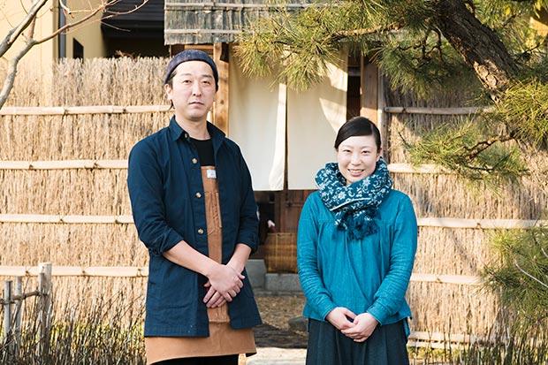 佐々木さんの料理や、生き方、思想に共感し、〈とおの屋 要〉で働く常駐スタッフも多数。写真右の石川さんも、主にオーベルジュの運営をサポートするメンバーのひとり。
