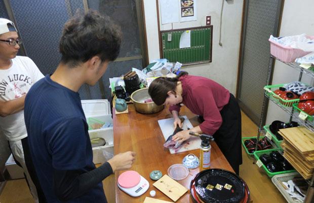 デザイナーの浅田克哉くんによる厳しい(?)さばきの指導。それを見守る若手漁師の門司浩平くん。
