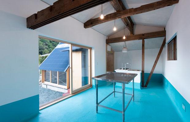 改装棟の内観。鮮やかなブルーと古材のコントラストがいい。(撮影:松村康平)