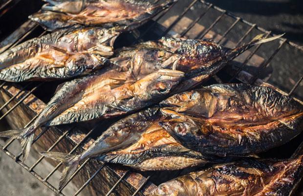 出荷されない小さな魚を焼きながら燻すという独自の製法でつくられる保存食、梶賀のあぶり。(撮影:浅田克哉)