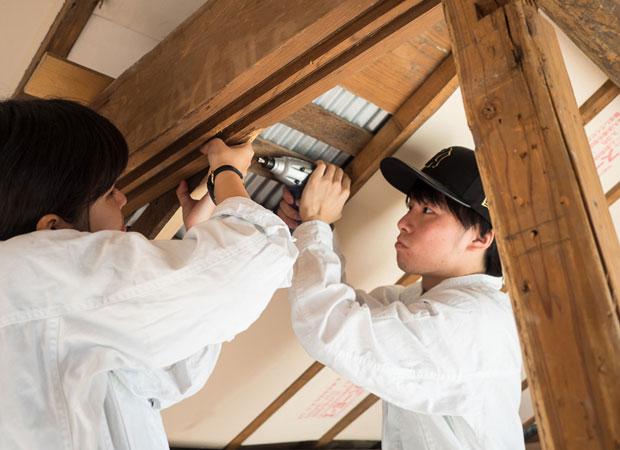天井に断熱材を入れる。場所によっては下地を追加する。(撮影:浅田克哉)