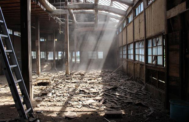 屋根瓦や土を落とすと、梁組が現れ、差し込む光が気持ちいい。天井がなくなると、梁組が際立つことに気づく。大事にしたいと仲間で話す。