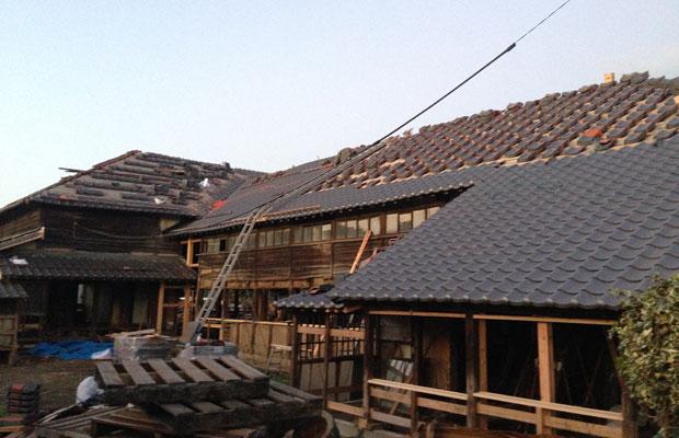 屋根瓦の葺き替え途中の様子。右側手前が新しくなった屋根瓦。