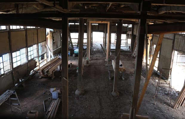 建物をジャッキアップする工事中の大ホール全景。ジャッキアップの際は、建具や壁の一部も落とすので、ほぼ躯体のみになる。