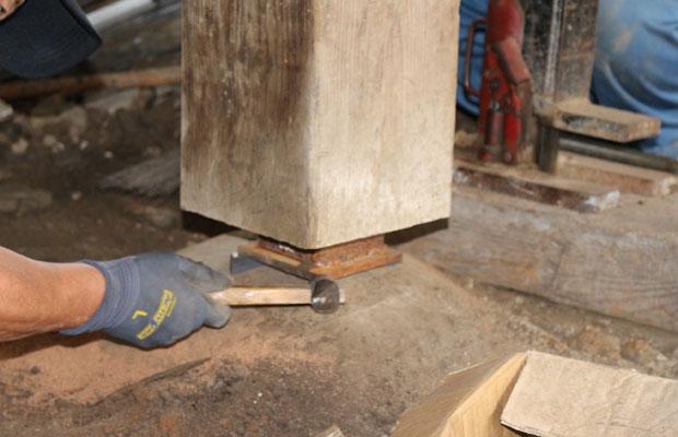 建物をジャッキアップして、柱を持ち上げ、下に鉄土台を敷く。