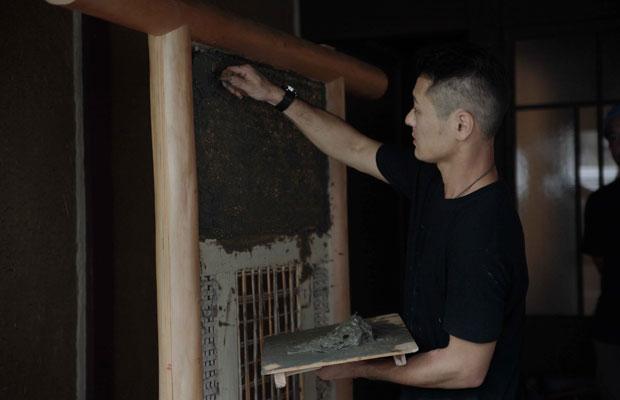 三宅さんによる壁塗り実演。京都市内の邸宅サンプル壁にて諸々勉強。