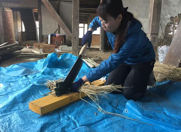 荒壁用の土に入れる藁すさを切る作業。なかなかおもしろいので、夢中になれます。