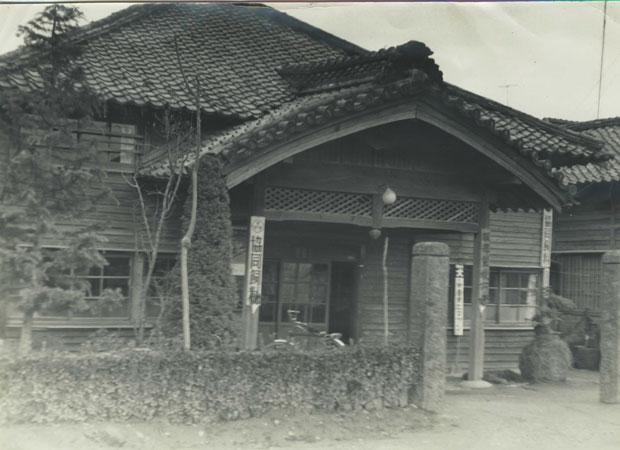 昭和35年頃の旧八女郡役所の建物(当時は服部飼料店)。