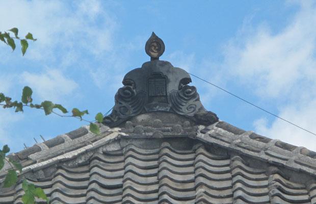 鬼瓦には福岡県の「福」の文字が刻印されていた。鬼瓦は、工事中に降ろして保管中。