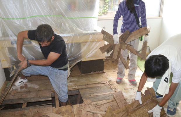 つどいの家で一部床の解体中。