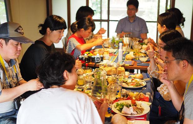 大きなテーブルを囲んでみんなでお昼ごはん。