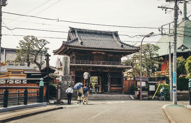 鎌倉で人気の山形そばの店〈ふくや〉は、寺社仏閣が住宅街の中に点在する大町エリアにある。