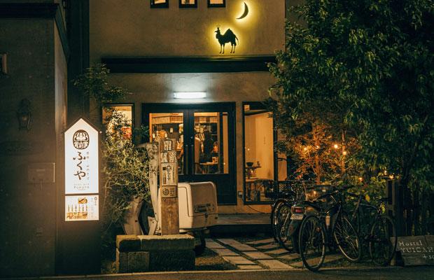 由比ヶ浜通りにある〈ふくや 六地蔵店〉。ゲストハウス〈Hostel YUIGAHAMA〉が併設していることもあり、大町店よりも外国人旅行者も含む観光客の姿が目立つ。