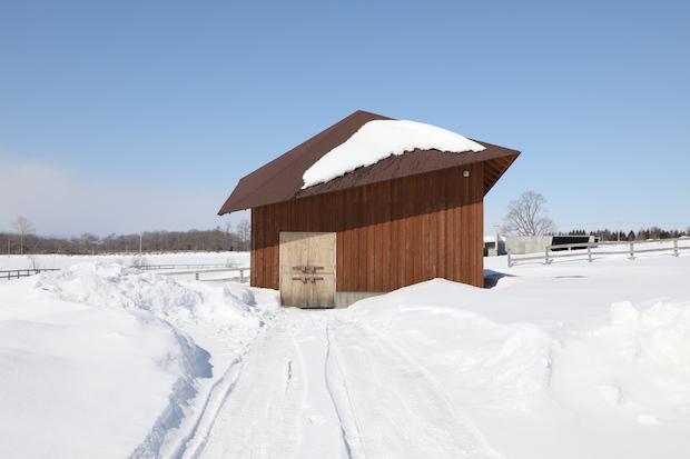 雪の中の納屋の家