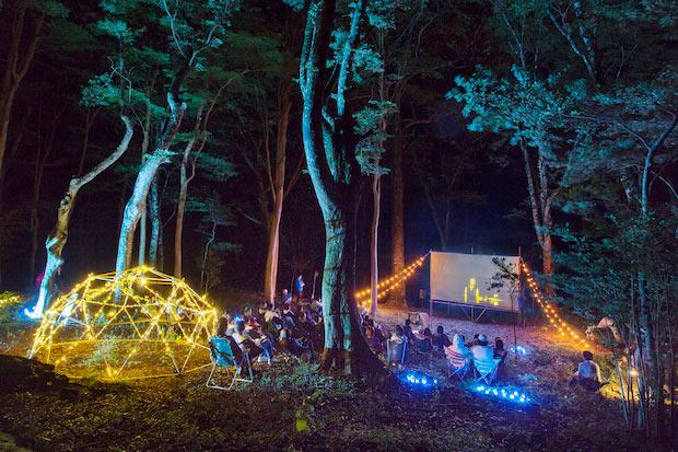 野外映画フェス〈夜空と交差する森の映画祭〉を手がけるサトウダイスケ氏のセレクトによる映画を上映。ランタンを持ち、夜風を感じながら映画を観るなんて最高です。