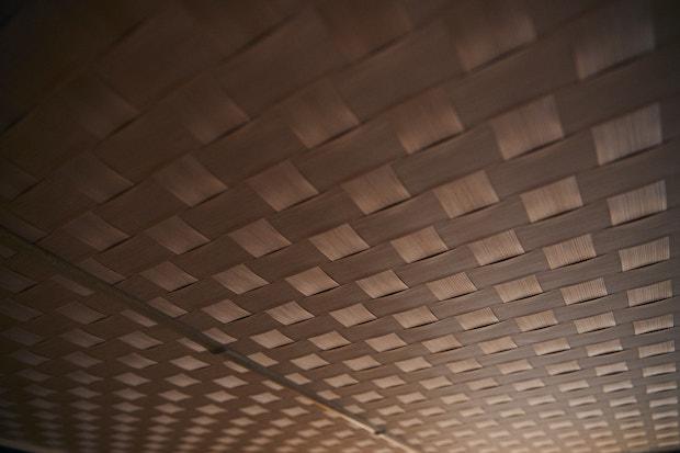 館内の網代(あじろ)天井
