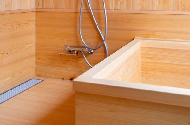 ヒノキが使われた浴室