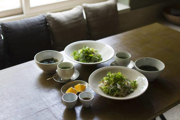 4月のスタート時に提供されていたメニュー(現在は終了)。「瀬戸内の新鮮な野菜と魚を使ったちらし寿司」「季節の緑をあしらった茶碗蒸し」「鞆の浦で採れたワカメの汁物」