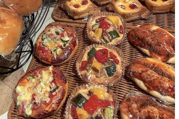惣菜パンや、パイ生地のパン、あんぱんやクリームパンなど種類豊富