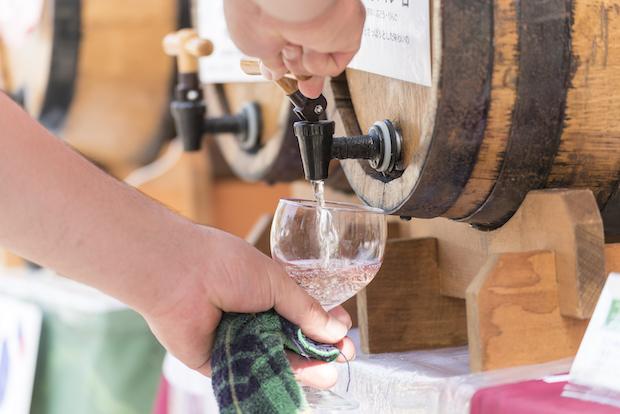 専用グラスを持ち歩いて、気になるワインを飲み比べ