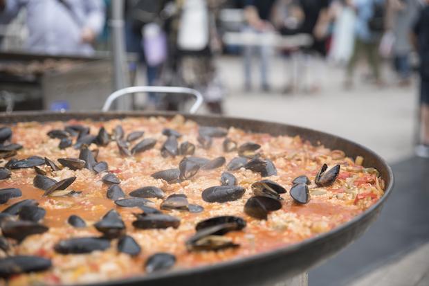 大きなパエリア鍋に具材がたっぷり。ワインと合わせて人気店の食事を楽しめます