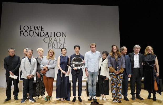 受賞者のみなさんと、〈ロエベ〉のクリエイティブ ディレクター・ジョナサン・アンダーソン氏、鈴木京香氏ら