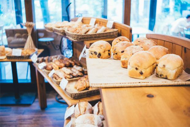 店内で販売されるボリューミーなパン