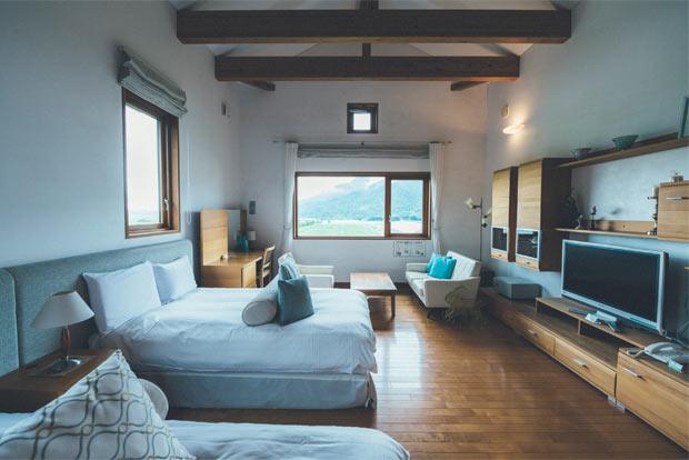 ツインベッドが並ぶ洋室