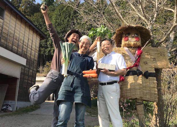 農家の方と菊水食品の菊池啓司社長(右)。菊池社長は納豆研究家でもあり、業界内では納豆づくりの名人として知られています。