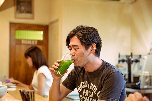 山崎さんは京都出身。ルーツは代々続く越前の廻船問屋で、山崎さんは13代目。古き良きものと、それを継承していく喜びと大変さを体感されています。