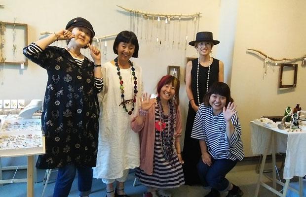 『北にあつまる手しごと展』に参加した東京や淡路島、札幌のクリエイターのみなさん。3年前に札幌市資料館での展示に参加しないかと声をかけてくれたのは、東京で活動を続けるデザイナーの岩切エミさん(左から2番目)。