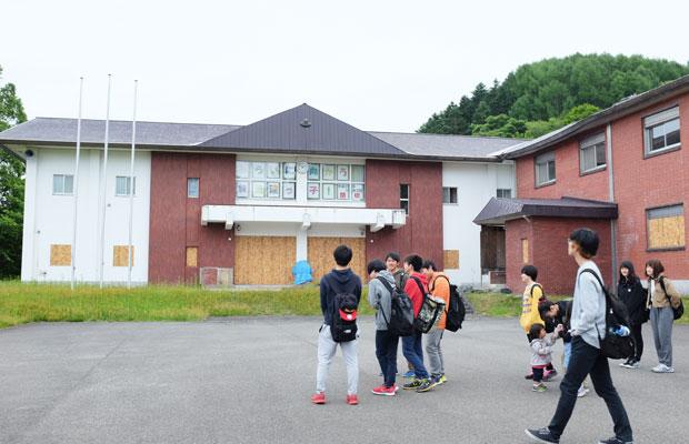 フィールドワークに来た教育大学の生徒と訪ねた閉校になった小学校。