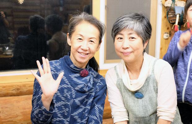 やまだひろこさん(左)と〈美流渡の森の山荘〉のオーナー、中川文江さん(右)。中川さんは地域で人気の森のパン屋〈ミルトコッペ〉の女将でもある。