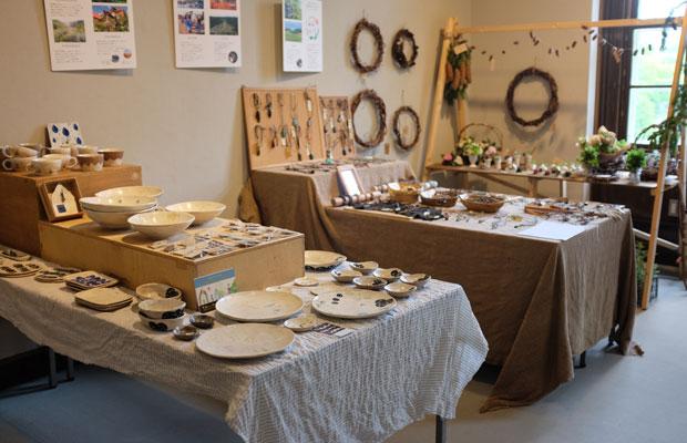 岩見沢の山あいの地域は、陶芸家や木工作家などクリエイティブな仕事をする人たちが多い。そうした人々の作品を一堂に集めた。