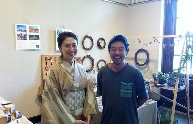 〈みる・とーぶ〉の展示に参加してくれた、陶芸家のこむろしずかさん(左)とアフリカ太鼓の奏者でありアクセサリーもつくっている〈らんだ屋〉の岡林利樹さん(右)。