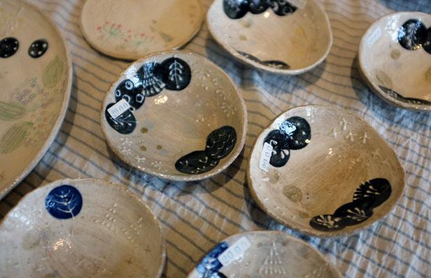 しずくや鳥、木々などをモチーフに、物語を感じさせる陶器をつくるこむろさんの作品。