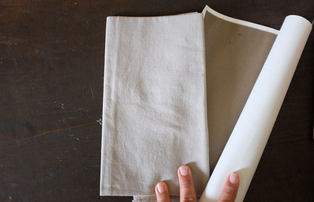 イタドリの草木染め。布に染めたものと紙に染めたものをおふたりがつくってくれた。
