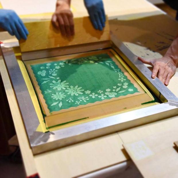 シルクスクリーンとは、スクリーンにインクが通過する部分としない部分をつくって柄を刷る版画技法。Aobatoの展示会では、この技法を体験するワークショップが開催されることもある。(写真提供:Aobato)