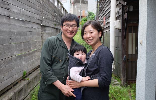 染めや印刷の職人として活動を続ける小菅さん(左)。布のデザインを担当している岩本さん(右)。8か月になる水鈴ちゃん。