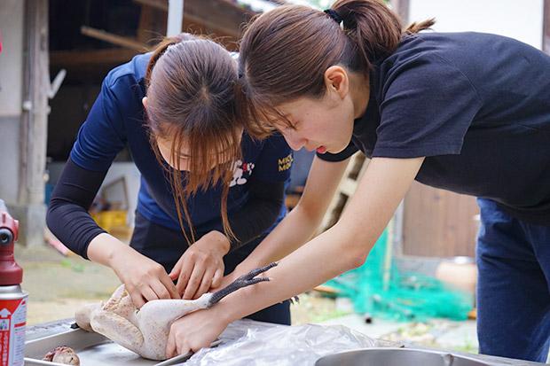 鳥の解体をする福岡女子大学のゼミ生たち。
