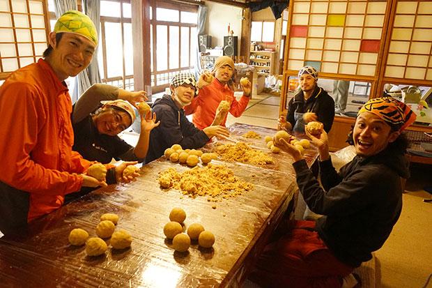がんちゃん主催、冬の学生合宿。味噌づくりをしています。