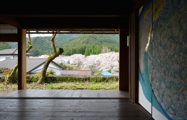 竣工後、座敷から中学校を見た風景。