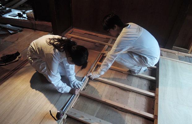 根太(ねだ)で高さを調整し、水平を出して床材を張ります。