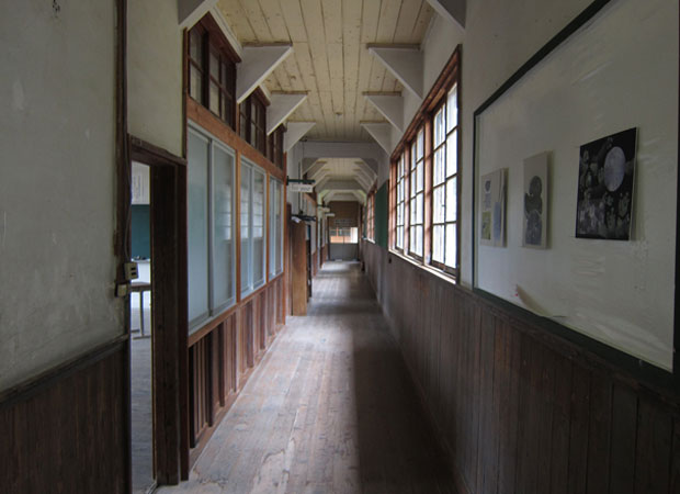 旧神上中学校のノスタルジックな木造校舎の廊下。