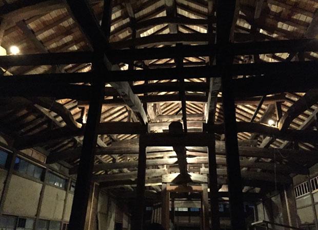 〈大きなホール〉での照明実験。