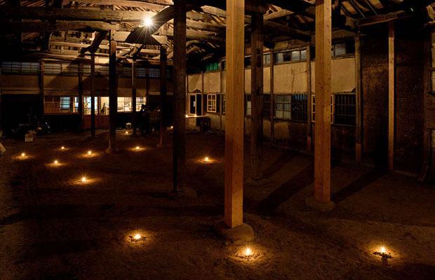 大きなホール。照明を灯し、土間に蝋燭を並べると幻想的な雰囲気に。(Photo:Akiko Tominaga)