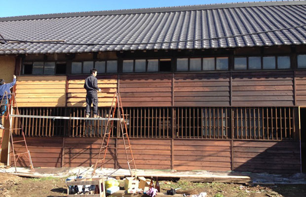 ワークショップで杉板にベンガラ柿渋塗装をする。