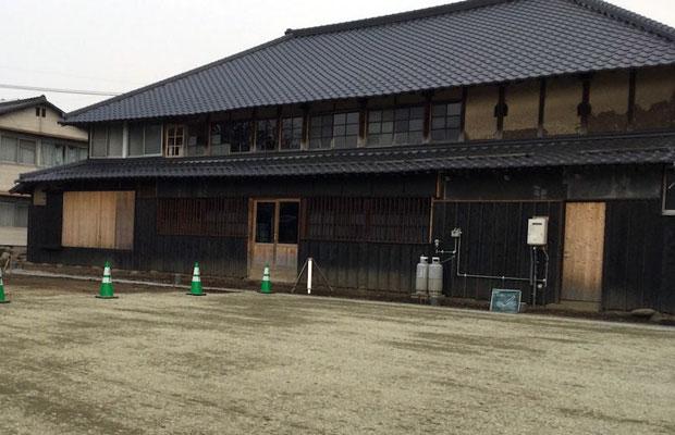工事中の駐車場スペース。自然素材を使った建物に合わせて、アスファルトではなく砂利舗装に。