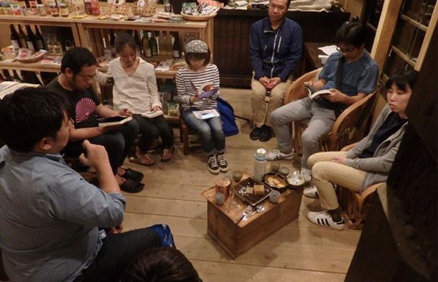 朝日屋酒店では集まって語り合う「本の会」や「コーヒーの会」を定期的に開催中。朝には店主が淹れるコーヒーを飲みに寄られる人がいるほどおいしい。